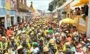 Foliões se despedem do carnaval nas ladeiras de Olinda