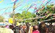 Derrubada dos mastros entre homens e mulheres marca o encerramento do Sairé