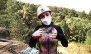 Michelly Correa faz rapel em montanha