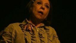 Maria se apresenta em teatro quase vazio