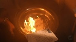 É o fim! Augustão queima páginas do diário de Sereia