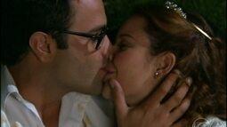 Depois de muita confusão, Carola e Arnaldo se casam