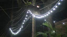 Parte da iluminação usada no carnaval de Salvador fica acesa após fim da festa