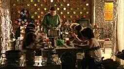 Comer Juntos - Dona Lucinda reunida com as crianças que ela acolhia no lixão