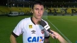 Vinícius comemora gol marcado em sua estreia pelo Atlético-PR