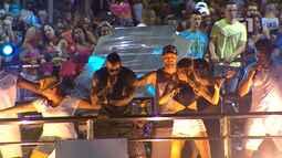 Atriz Mari Xavier e ex-BBB's Flávia Viana, Fernando Justin dançam com Léo Santana em trio