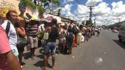 Pedestres enfrentam filas longas para embarcar no ferry