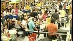 Véspera de feriado foi dia de supermercados lotados