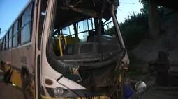 Motorista e cobrador ficam feridos após ônibus cair de viaduto