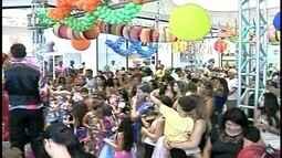 Marchinhas, confetes e brincadeiras marcam baile infantil de Carnaval em Campos, no RJ