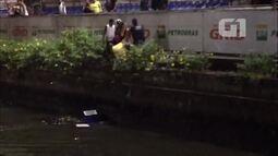 Guardas municipais jogam em rio mercadoria apreendida de ambulantes irregulares, no Rio