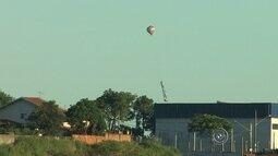 Dupla é multada em R$ 15 mil após ser flagrada soltando balão em bairro de Mairinque