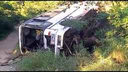 Uma pessoa morre e mais de vinte ficam feridas em acidente com ônibus na região sudoeste