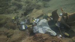 Mergulhadores mostram resultado da limpeza do fundo do mar após o carnaval
