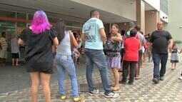 Lei da fila no banco não funciona e usuários esperam por mais de uma hora em agências