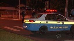 Mulher deitada no meio de avenida é atropelada por viatura da PM em Campo Grande
