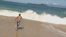 Kelly Maria mostra prática de skiboard no litoral norte