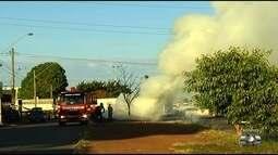 Bombeiros combatem fogo ateado em pneus na GO-040, no Anel Viário, em Goiânia