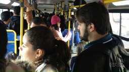 Estudantes reclamam da lotação no ônibus que faz a linha até a Unespar