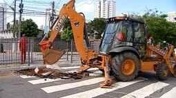 Obra da Caern bloqueia trecho da Avenida Romualdo Galvão, em Natal