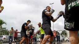 Lutadores do 1° Round Combat participam de treino aberto em shopping de Natal