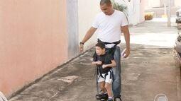 Pais de menino com microcefalia encontram maneiras de incluir filho em atividades normais