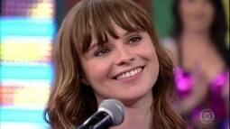 Faustão entrevista Gabrielle Aplin, intérprete do tema de Eliza em 'Totalmente Demais'