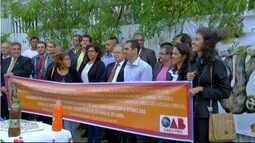 Membros da OAB fazem protesto pela construção de Fórum em Arraial do Cabo, no RJ
