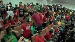Servidores do estado fazem carreata e manifestação em frente à Assembleia Legislativa