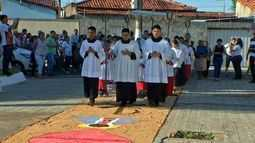 Católicos preparam as ruas para procissão no feriado de Corpus Christi