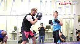Bryan Caraway treina com fã de MMA que venceu a leucemia