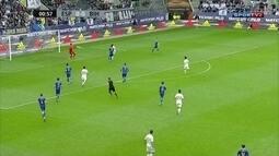 Bola é cruzada na área e Aduriz completa para o gol, mas Begovic defende, ao 1 do 1º tempo