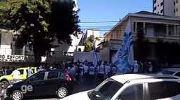 Torcedores do Cruzeiro protestam contra diretoria e pedem saída de Gilvan