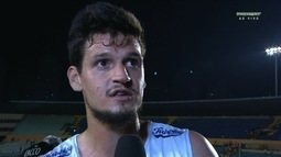 """Após empate com o Vila, Alisson reclama da arbitragem: """"Complicou nosso jogo"""""""