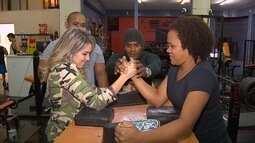 Kelly Maria mostra profissionais que praticam queda de braço