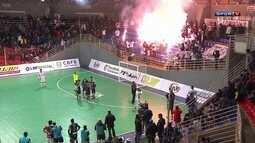 Torcida do Corinthians acende sinalizadores em quadra e jogo é interrompido