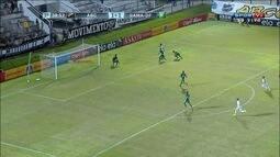 Alvinho recebe ligação direta do goleiro e leva perigo após boa jogada na área