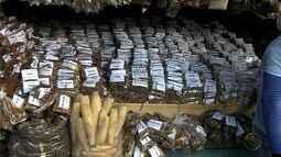 É grande a procura por velas e imagens no período junino no Mercado Central