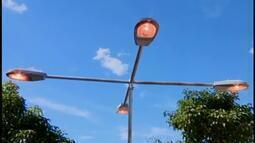 Lâmpadas de postes ficam acesas durante o dia em calçadão de Divinópolis