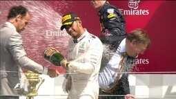 Confira a festa de Lewis Hamilton no pódio após vencer GP da Inglaterra