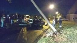 Cantor sertanejo morre carbonizado após carro bater em poste