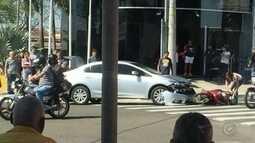 Moto e carro batem de frente em Marília