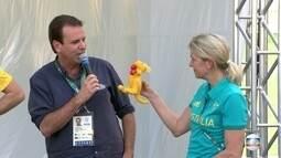 Prefeito do Rio dá chave da Vila aos australianos e recebe um canguru de presente