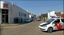 Grupo assalta banco, troca tiros com Polícia Militar e morador é baleado