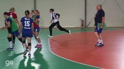 Técnico da seleção russa de handebol chama atenção por comportamento severo com atletas