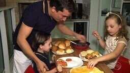 Pai e filhos fazem hambúrguer caseiro com milk shake