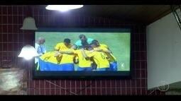 Torcida faz de tudo para acompanhar a goleada do Brasil sobre Honduras pela Olimpíada