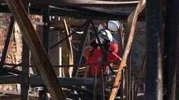 Bombeiros fazem perícia em distribuidora incendiada