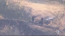 Três homens armados são flagrados no alto do morro do Complexo do Chapadão