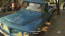 Encontro reúne colecionadores de carros antigos em Fortaleza